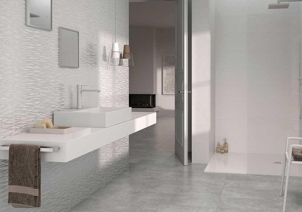 Imagen de un baño en Ávila con ducha, bañera y azulejos